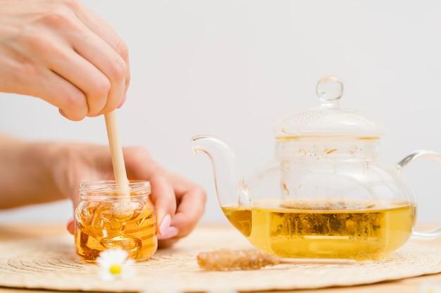 Kobiety Mienia Chochla W Miodowym Słoju Blisko Teapot Darmowe Zdjęcia