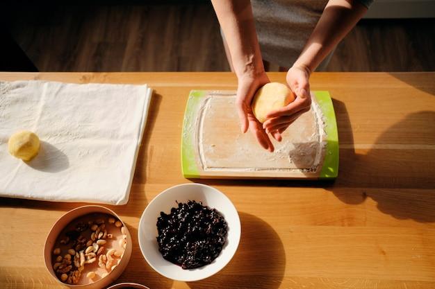 Kobiety mienia ciasto z promieniem słońce na ona ręki