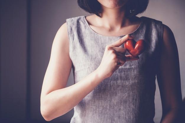 Kobiety mienia czerwony serce, ubezpieczenie zdrowotne, darowizny dobroczynności pojęcie