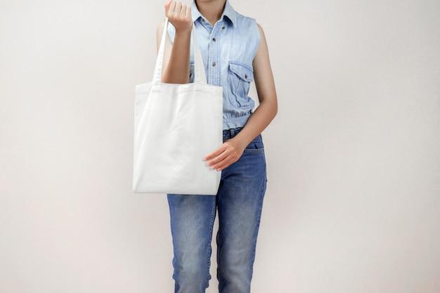 Kobiety mienia eco tkaniny torba odizolowywa na szarym tle