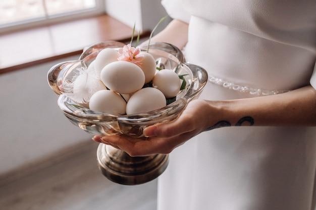 Kobiety mienia gęsi jajka na talerzu