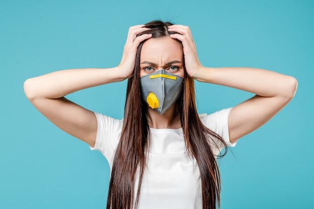 Kobiety mienia głowa jest ubranym maskę respiratora