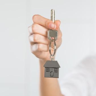 Kobiety mienia klucz jej nowy dom