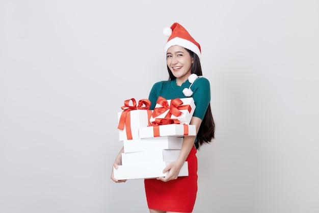 Kobiety mienia prezenta pudełka boże narodzenia na bielu