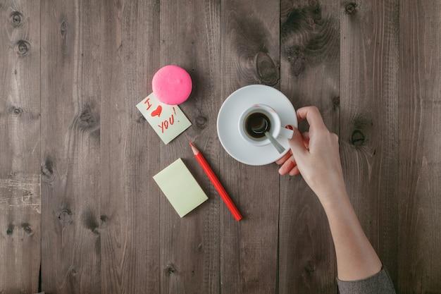 Kobiety mienia pustej filiżanki kawy i miłości wiadomość