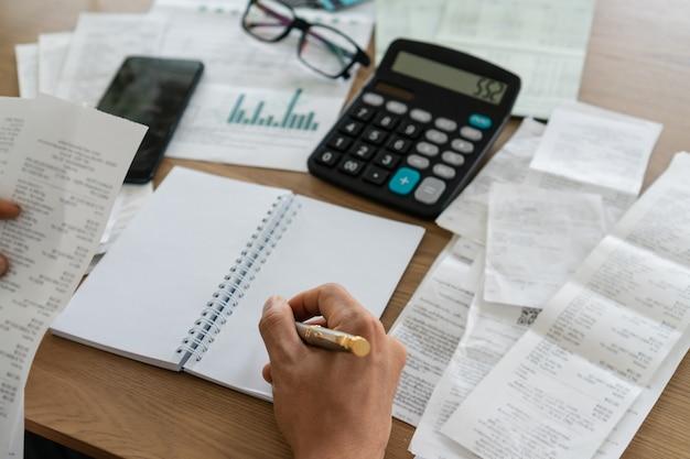 Kobiety mienia rachunki i writing pojęcie, konto i oszczędzania