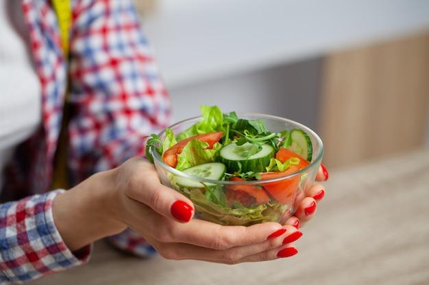 Kobiety mienia sałatka w jej rękach dla zdrowego stylu życia