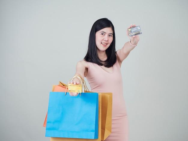 Kobiety mienia torba na zakupy i karty kredytowe