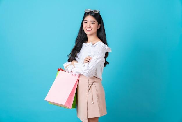 Kobiety mienia torba na zakupy na błękitnym tle