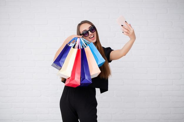 Kobiety mienia torba na zakupy w czarnym piątku wakacje