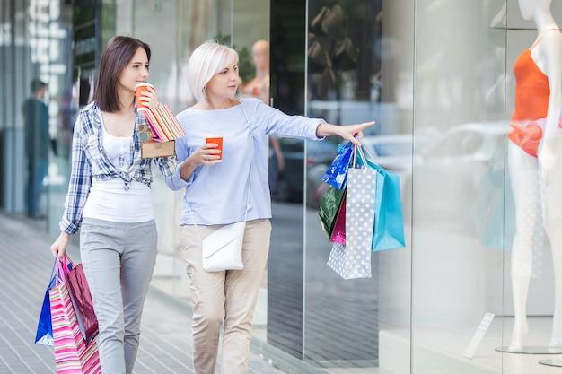 Kobiety na zakupy. matka i córka razem chodzą na dużą sprzedaż