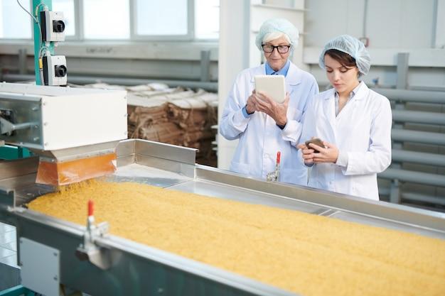 Kobiety nadzorujące produkcję w fabryce