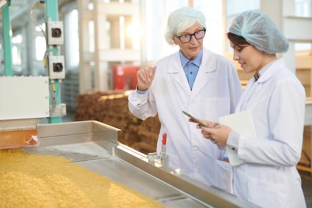 Kobiety nadzorujące produkcję w zakładzie