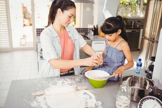 Kobiety narządzania jedzenie z córką w domu