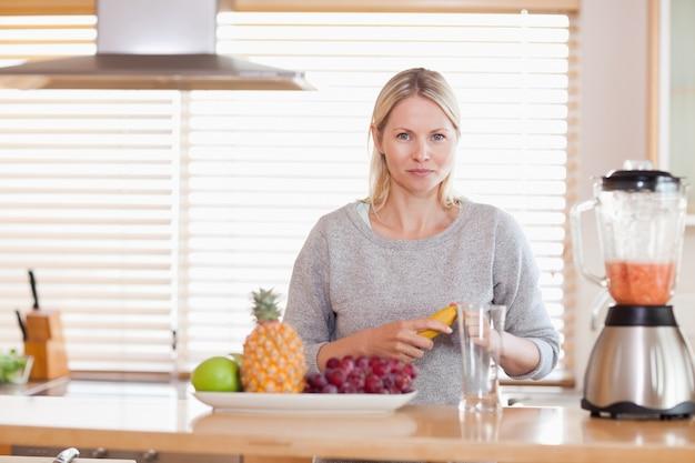 Kobiety narządzania owoc dla blender