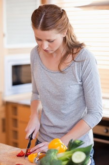 Kobiety narządzania składniki dla sałatki