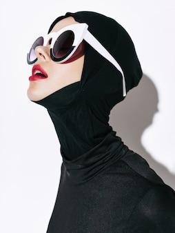 Kobiety niestandardowe modne linie ciała, nietypowe okulary