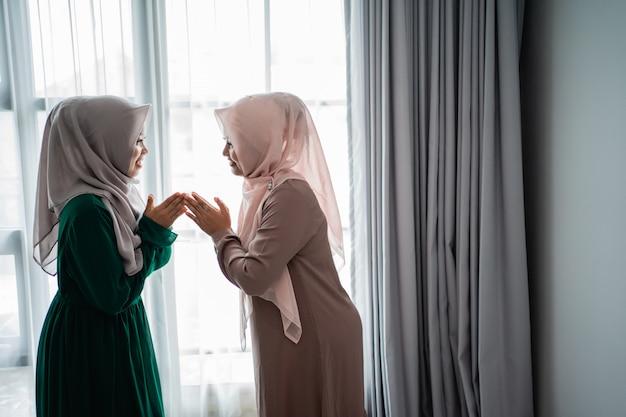 Kobiety noszą hidżab powiedzieć salam podczas spotkania ze swoją przyjaciółką