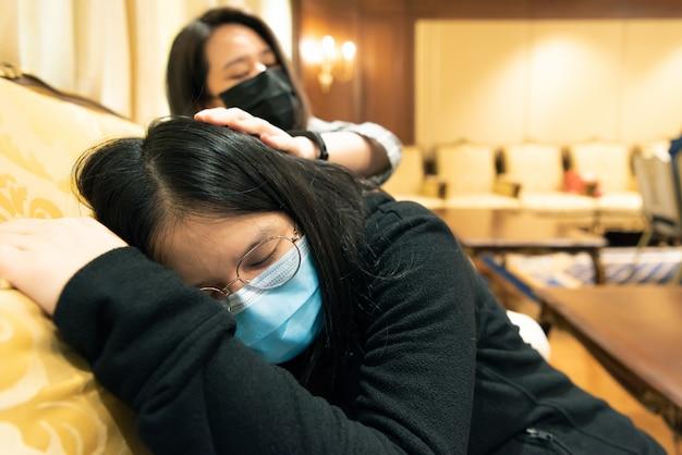 Kobiety noszące maski przeciw epidemii grypy covid19