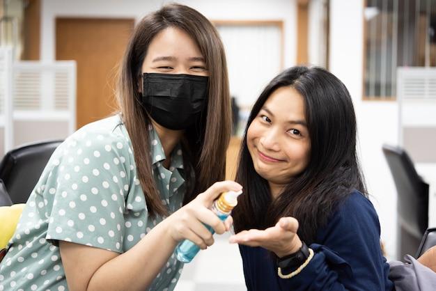 Kobiety Noszące Maski Przeciw Epidemii Grypy Covid19 Premium Zdjęcia