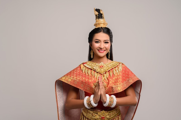 Kobiety noszące tajskie ubrania, które szanują, symbol sawasdee