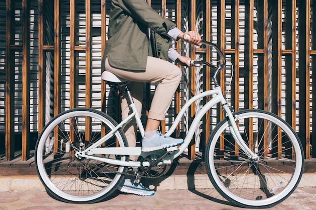 Kobiety obsiadanie na miasto bicyklu outdoors