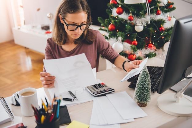 Kobiety obsiadanie przy biurowym biurkiem i czytanie listem