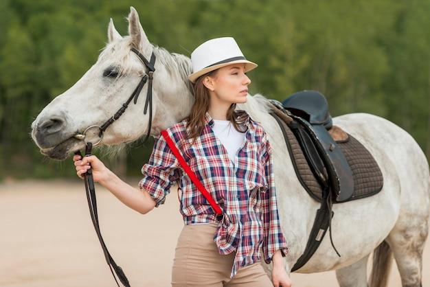 Kobiety odprowadzenie z koniem na wsi