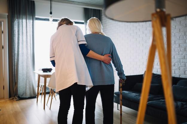Kobiety odprowadzenie z pielęgniarką w starość domu