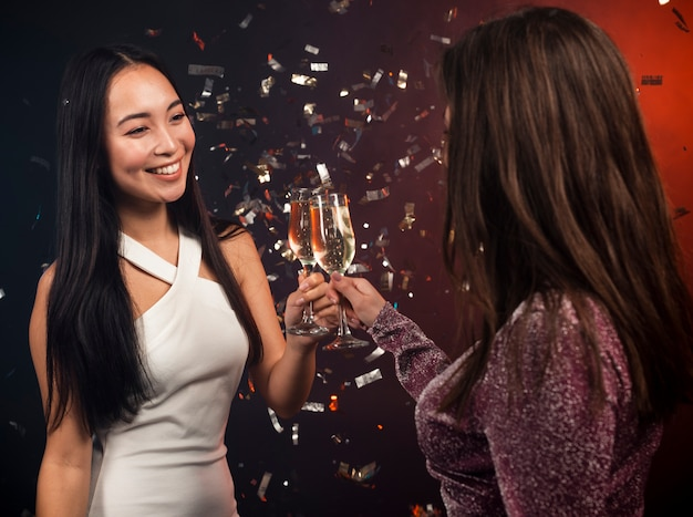 Kobiety opiekania na imprezie na sylwestra
