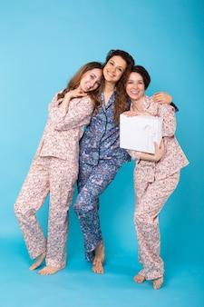 Kobiety otwierające zakupy odzieży online