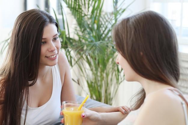 Kobiety piją koktajle i rozmawiają