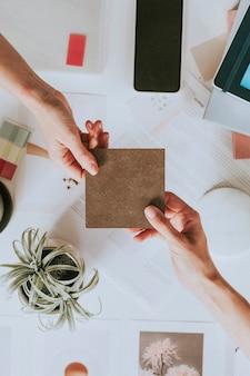 Kobiety podające czysty papier w biurze