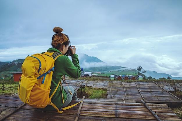 Kobiety podróżujące po azji relaksują się w czasie wakacji. fotografia krajobraz na moutain.thailand