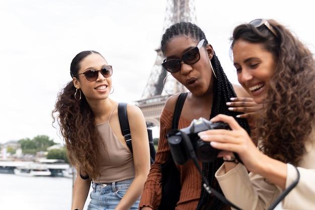 Kobiety podróżujące razem w paryżu