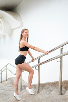 Kobiety pozycja na schodkach i patrzeć daleko od