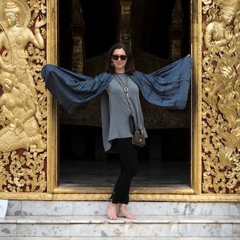 Kobiety pozycja przy świątynią, wata xieng pasek, luang prabang, laos
