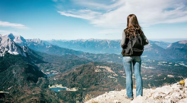 Kobiety pozycja w alp górach osiąga szczyt, karwendelspitze
