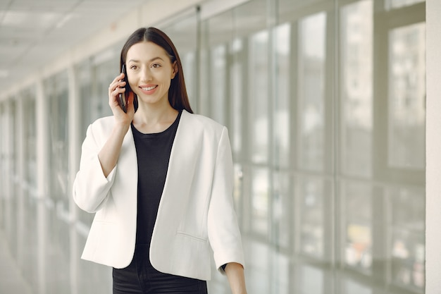 Kobiety pozycja w biurze z telefonem