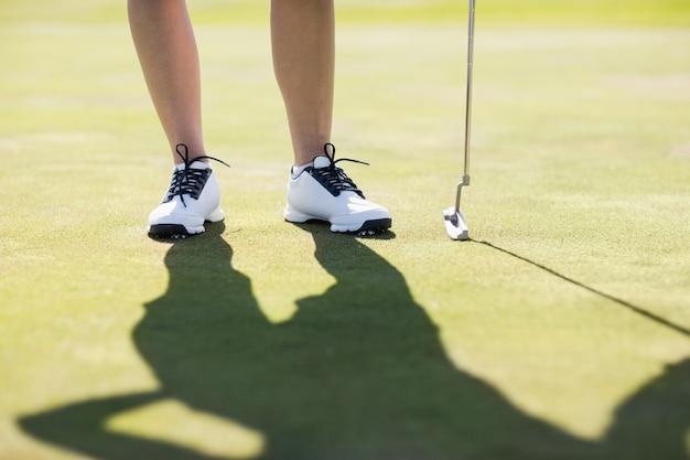 Kobiety pozycja z kijem golfowym
