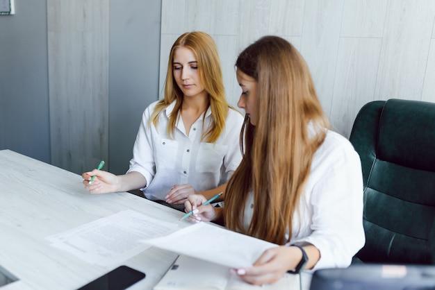 Kobiety pracujące razem, wnętrza biurowe
