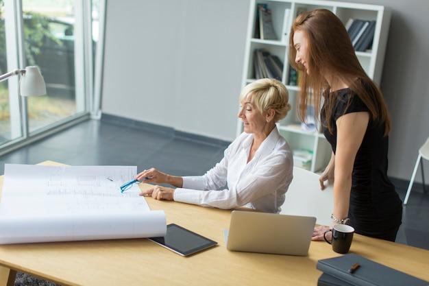 Kobiety pracujące w biurze