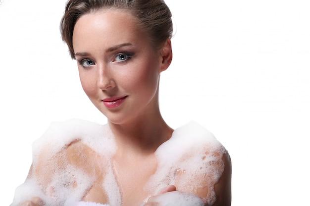 Kobiety prysznic mydłem na głowie i ciele. koncepcja higieny i pielęgnacji skóry
