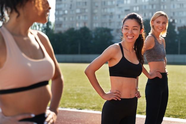 Kobiety przygotowują się do biegu