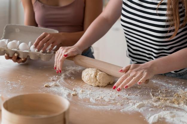 Kobiety przygotowują wspólnie romantyczną kolację w domu