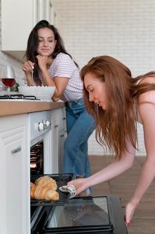 Kobiety przygotowujące razem romantyczną kolację