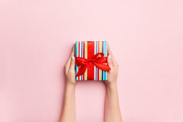 Kobiety ręka daje valentine prezenta pudełku, widok z góry