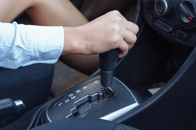 Kobiety ręka trzyma dźwignię zmiany biegów