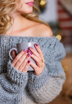 Kobiety ręka trzyma filiżankę herbaty