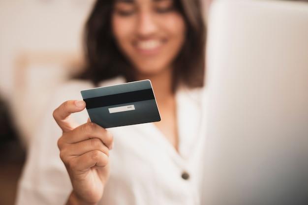 Kobiety ręka trzyma kartę kredytową